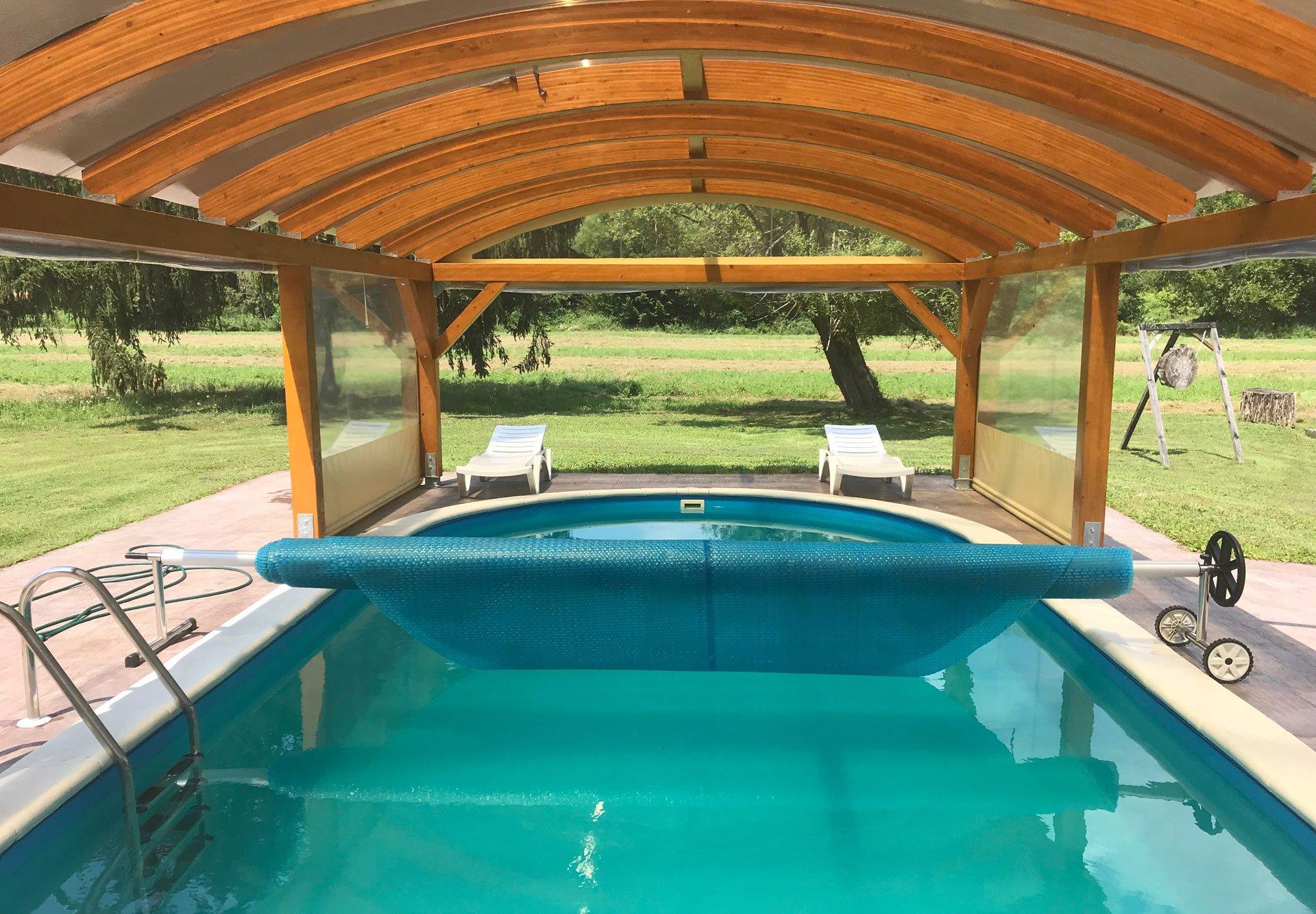Natkriveni i osvjetljeni vanjski bazen za potpuni užitak